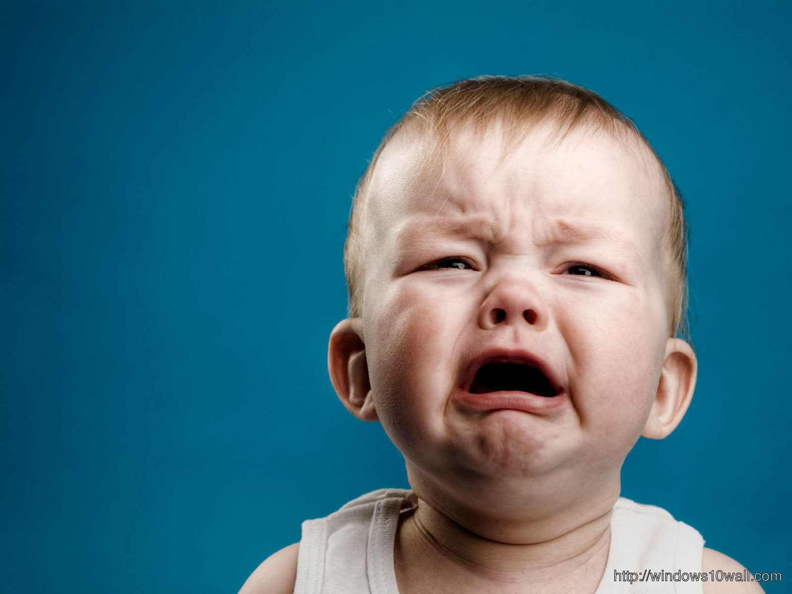New Funny Baby Crying Background Wallpaper