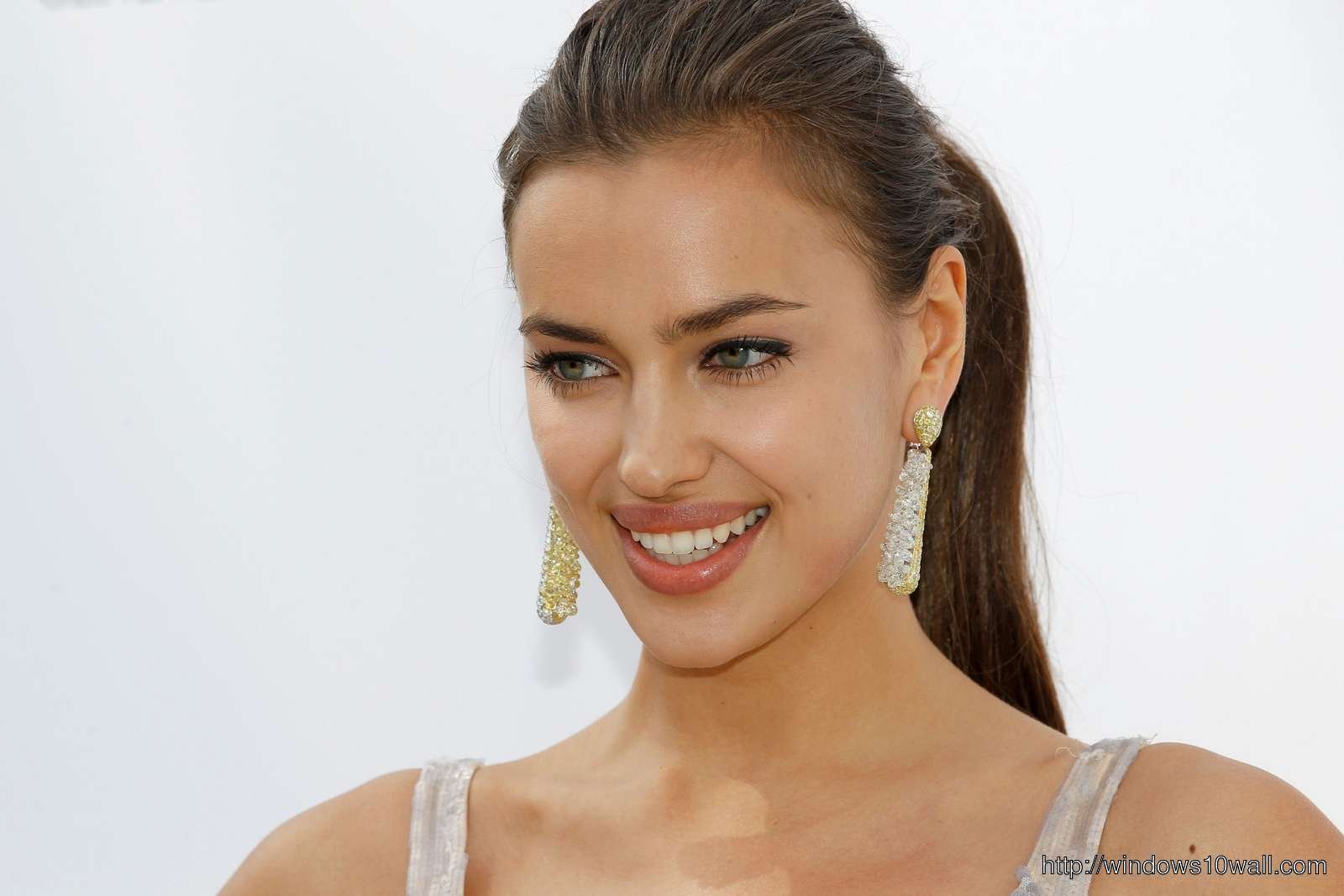 Irina Shayk Smiling Background Wallpaper