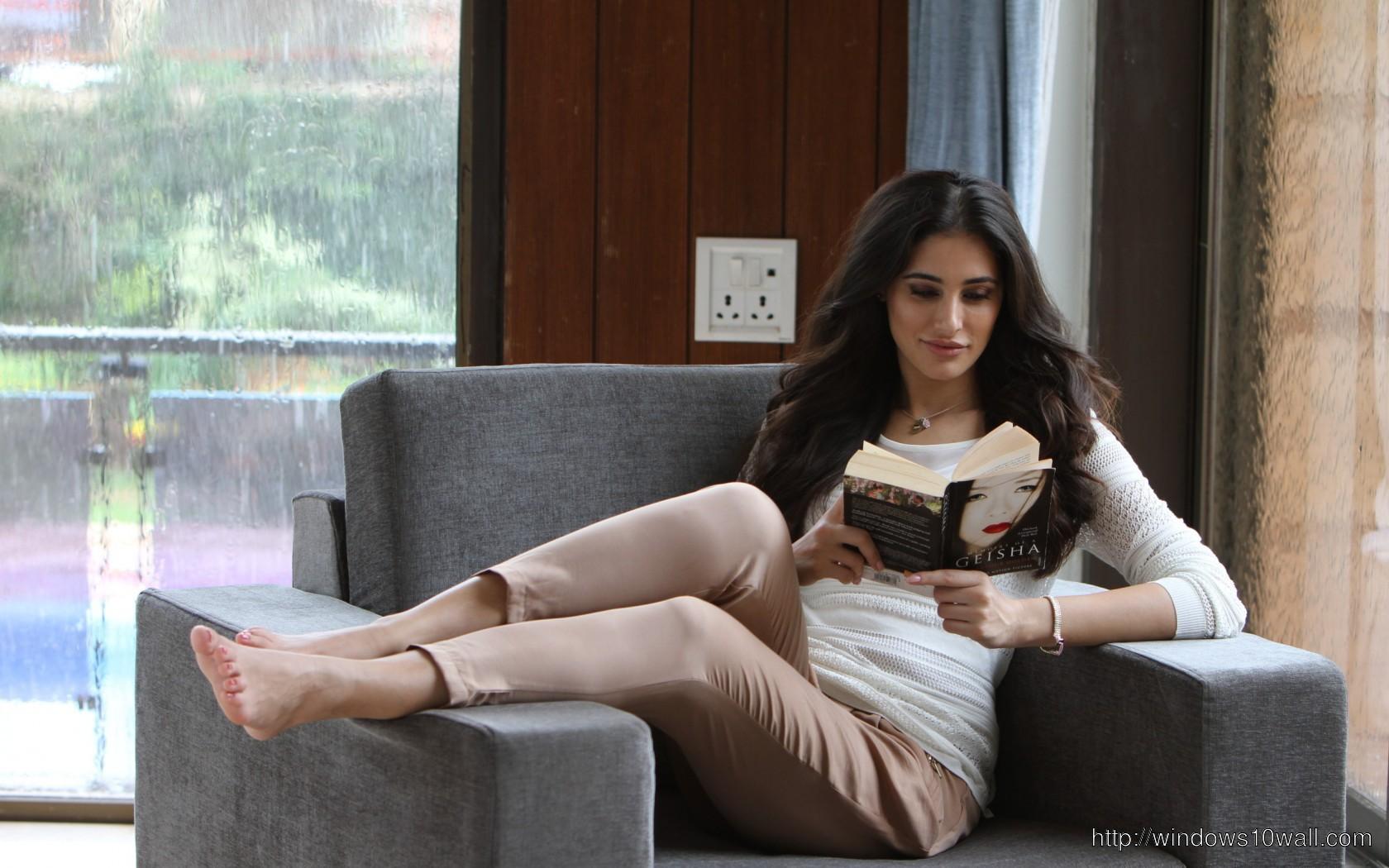 nargis-fakhri-smily-cute-look-on-sofa-Wallpaper