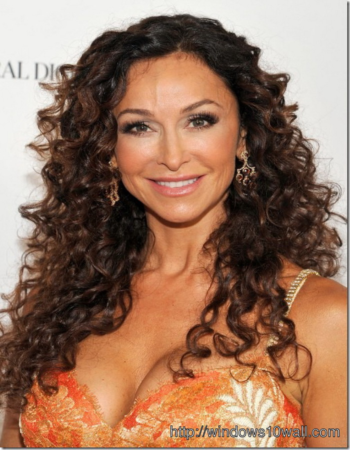 Sexy-Long-Curly-hairstyle-ideas-for-Women-In-Their-40s