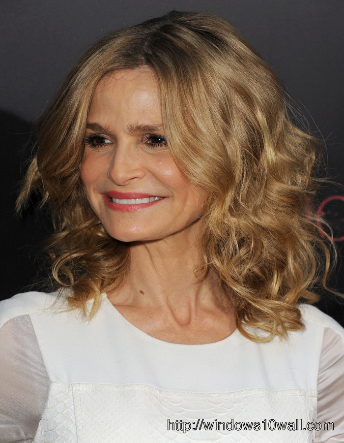 Waves Hairstyle Ideas For Women In Their 40s