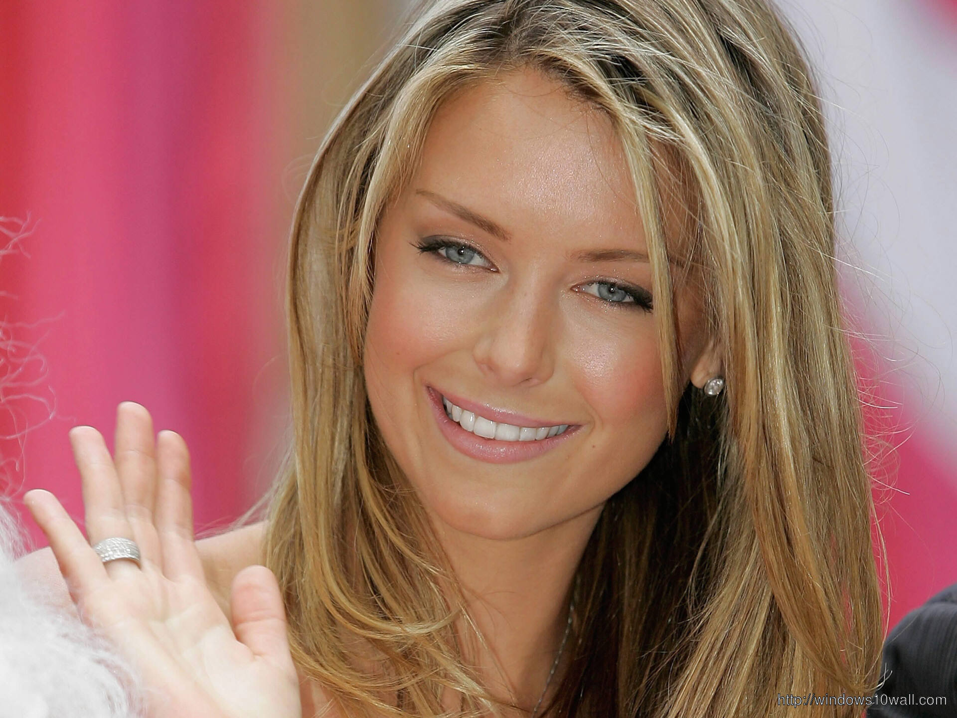 jennifer hawkins saying Hi to Fans Wallpaper